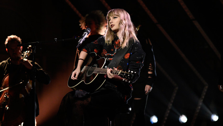 """SATURDAY NIGHT LIVE -- Episode 1730 -- Pictured: (l-r) Musial Guest Taylor Swift performs """"Call It What You Want"""" in Studio 8H on Saturday, November 11, 2017 -- (Photo by: Will Heath/NBC)"""